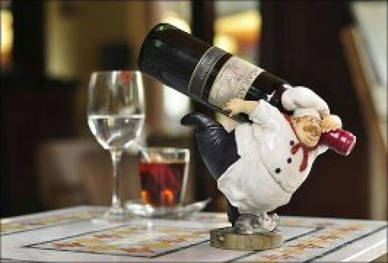 Суёт бутылку от шампанского, Села на бутылку -видео. Смотреть Села на бутылку 19 фотография